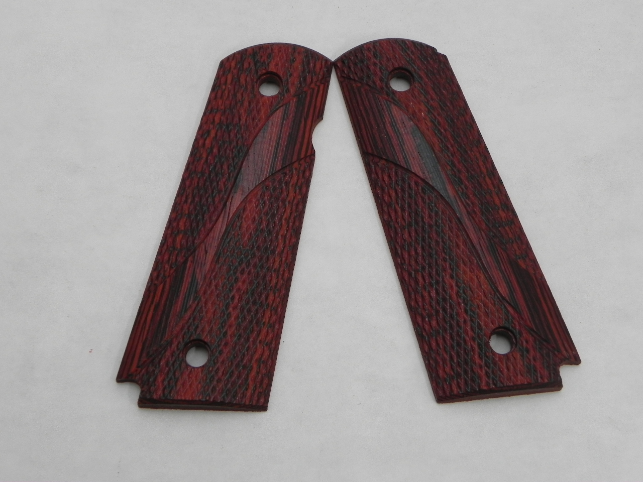 "CS0497 - 1911 Dymondwood Red/Black Flat Bottom Pincut ""S"" Curve Checkered Full Size Grips"